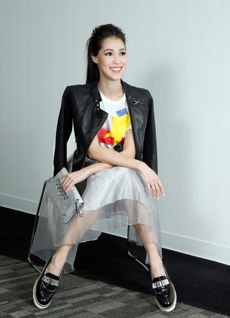Akemi喜歡多樣氛圍混搭的平衡感,彩色圖騰T-Shirt7,600元、小羊皮革...