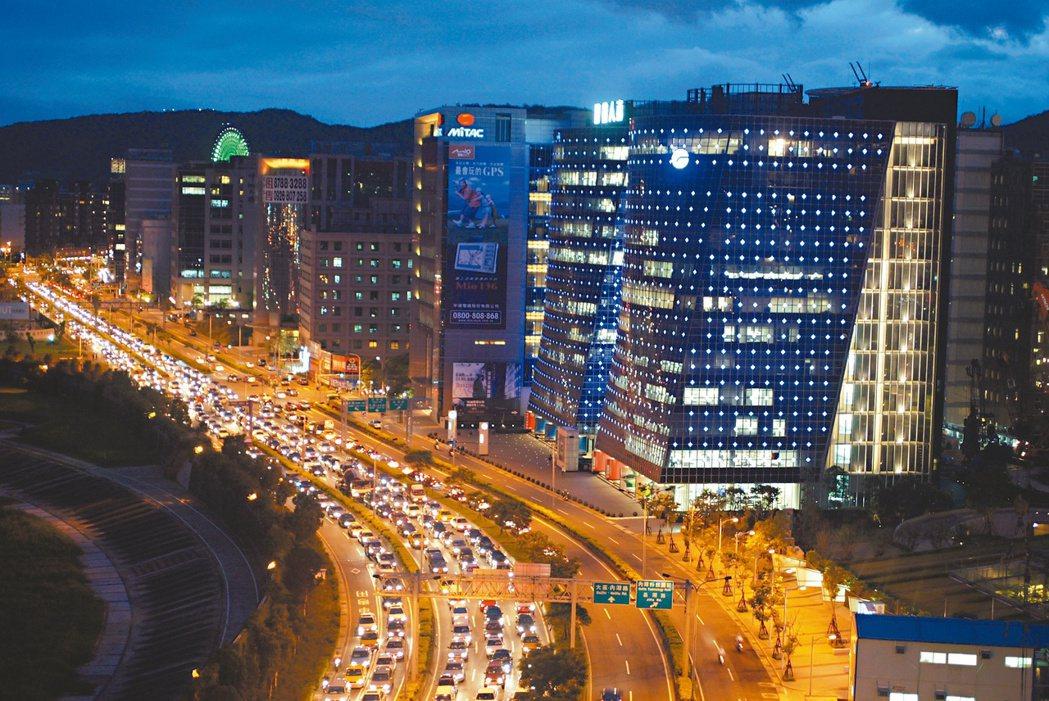 內湖瑞光路附近公司夜景迷人。 記者邱勝旺/攝影