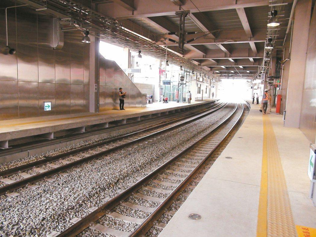 因應台鐵高架化新建的桃園新站月台。 記者游文寶/攝影