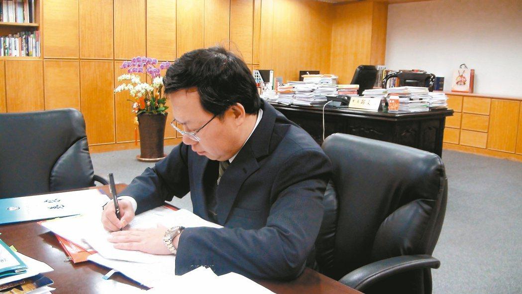 雖然有市長大辦公桌,但鄭文燦習慣在會議桌辦公,笑說「這樣方便談事情」。 記者陳俊...