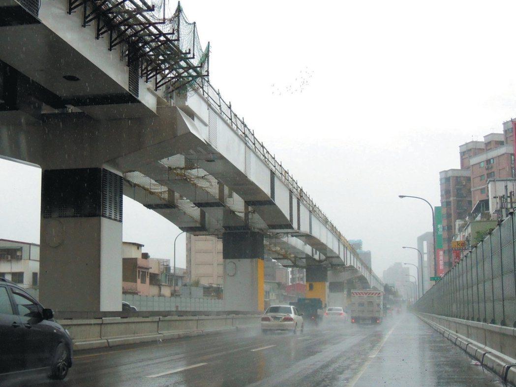 新北市捷運「三環三線」中,環狀線第一期持續興建,但「民生汐止線」仍卡在北市和中央...