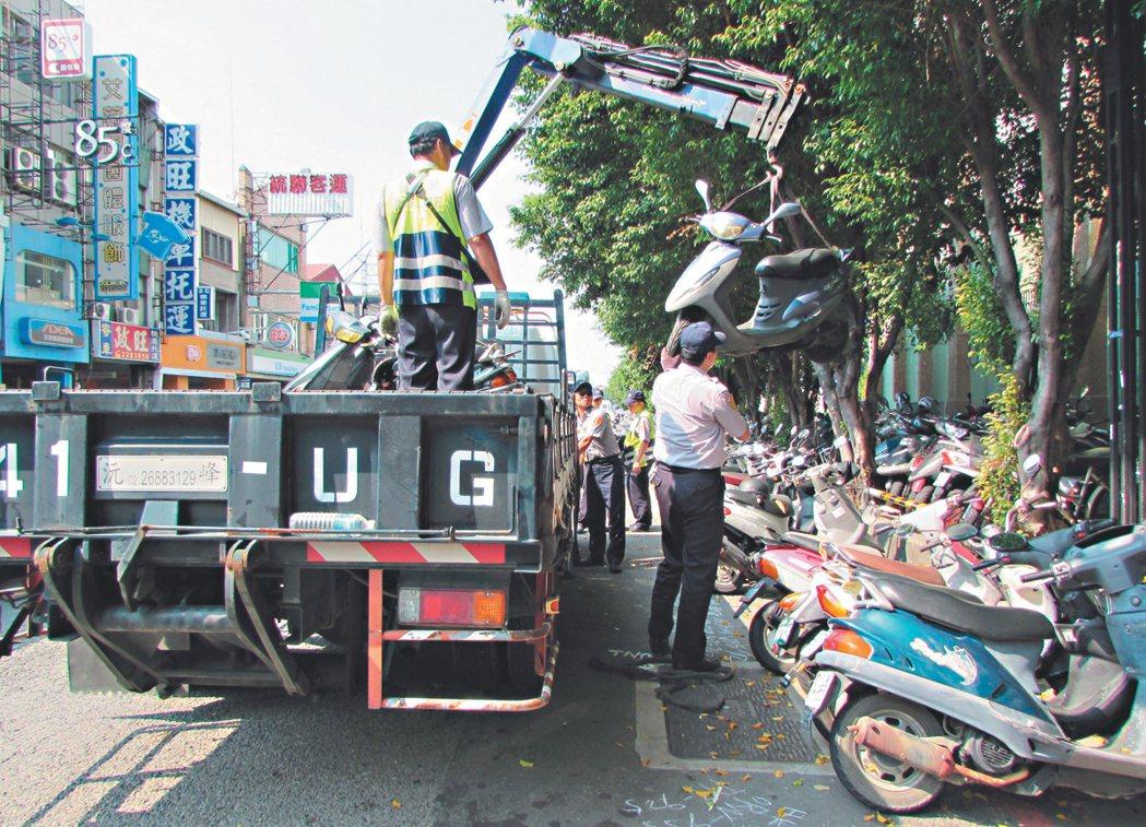 台南火車站周圍違規停車嚴重,常要出動拖吊車理。 圖/本報資料照片