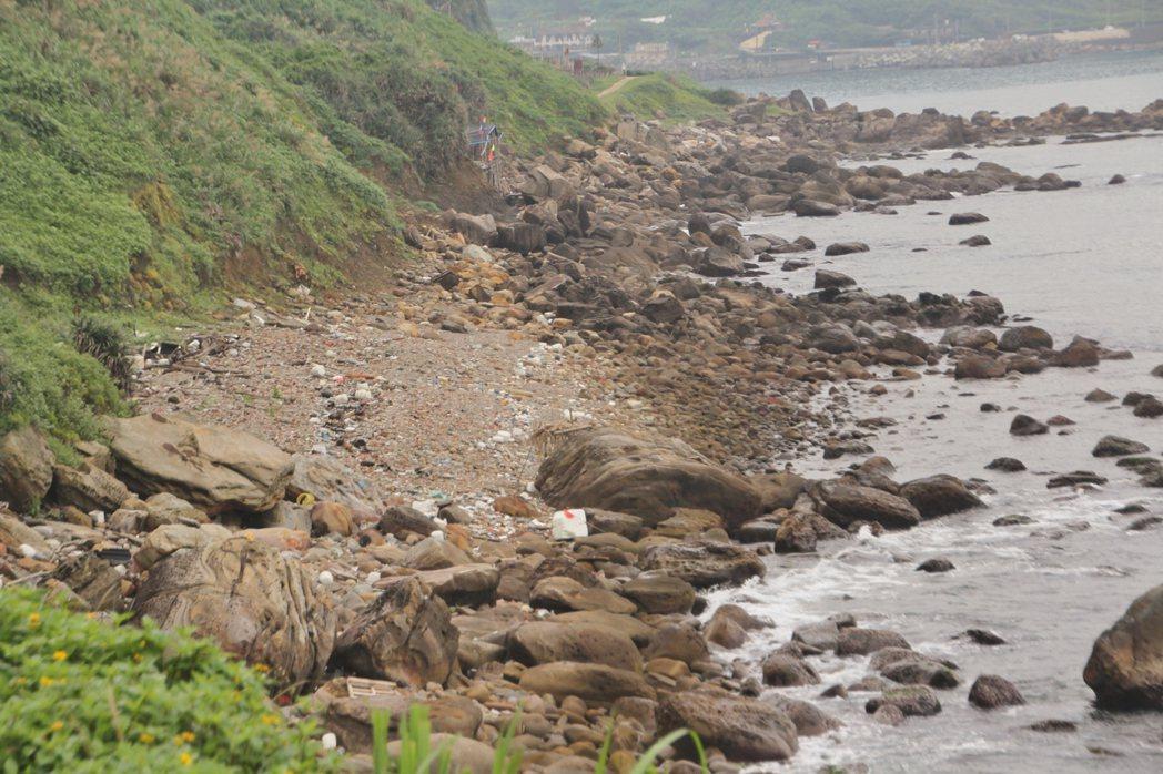 市民期盼市府能鼓勵垃圾減量、減少使用塑膠。圖為基隆市外木山海岸線,岸邊時常累積海...