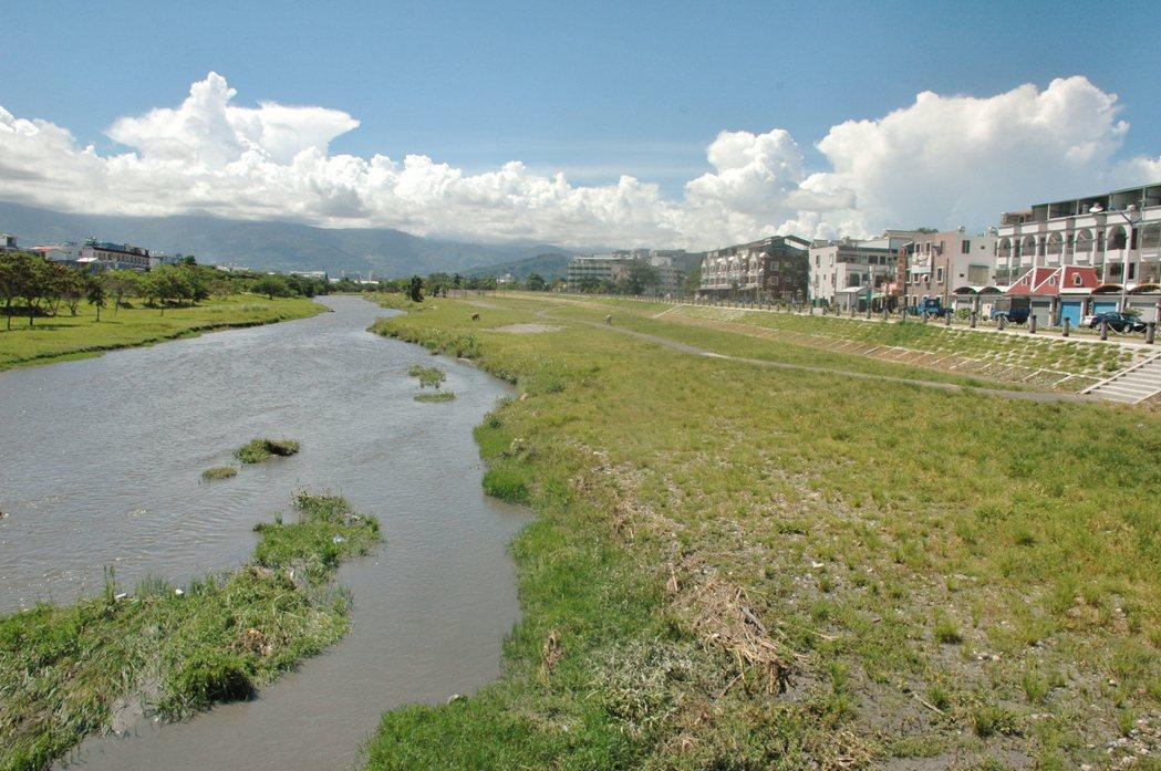 台東縣政府於2014年啟動的「太平溪左岸路堤共構」計畫,尚未完成。 記者羅紹平/...