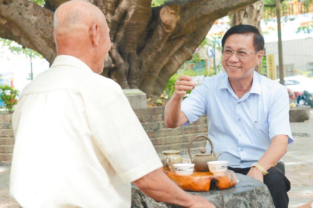 南投縣長林明溱個性草根隨和,下鄉時喜歡和民眾坐下來話家常。 圖/南投縣政府提供