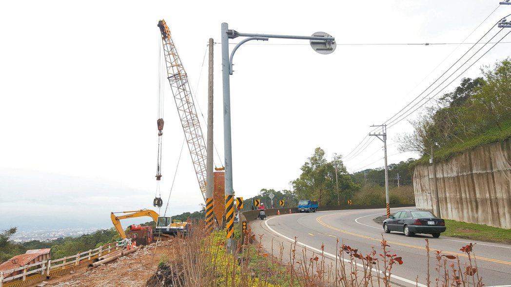 省道台13線苗栗大坪頂上坡彎道路段改善工程預計明年7月完工。 記者胡蓬生/攝影