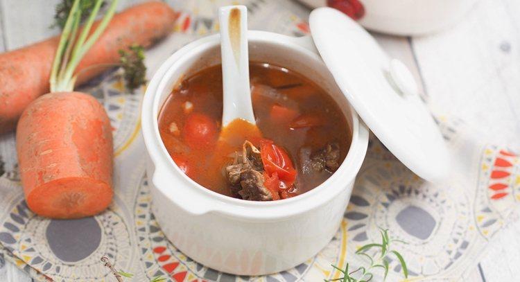 用小燉鍋做出來的美味湯品,大小份量一人吃剛剛好,飽足又健康。