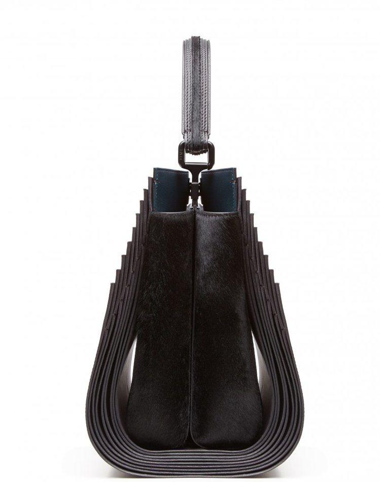 莎哈海蒂為Fendi設計的Peekaboo包,超多夾層設計隱含趣味。圖/Fend...