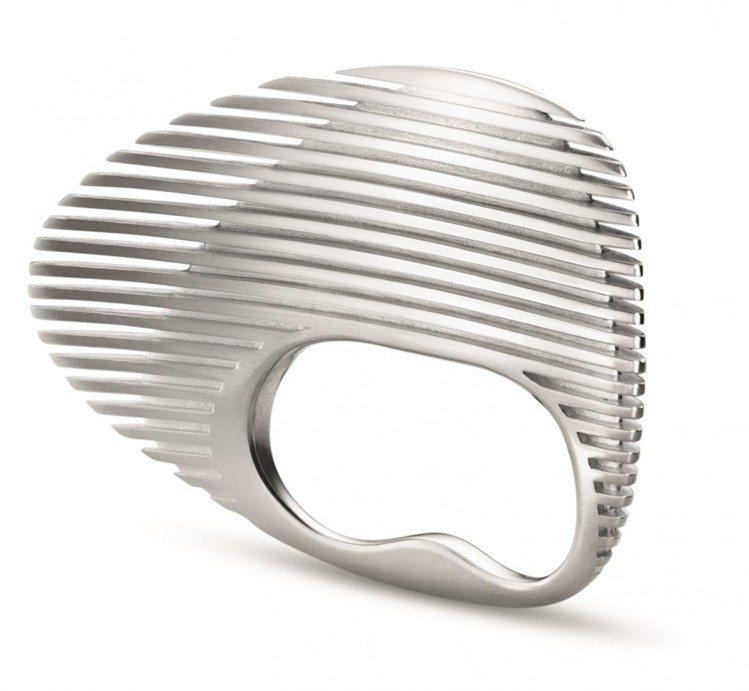 莎哈海蒂為喬治傑生設計的雙指戒,是她生前最後一件為時尚創作的作品。圖/Georg...