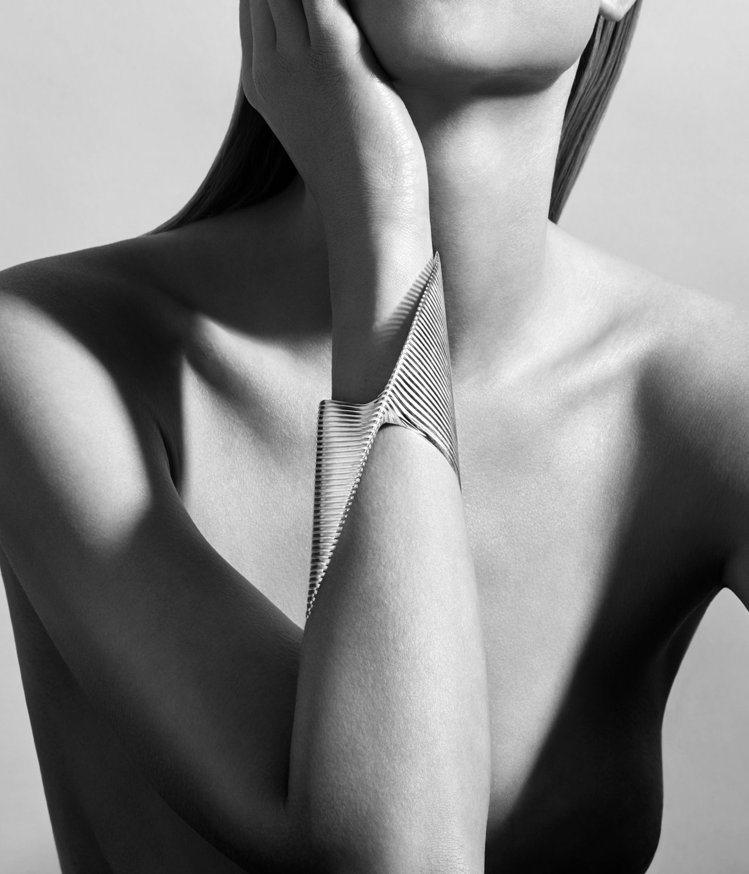 莎哈海蒂為喬治傑生設計的手環,是她生前最後一件為時尚創作的作品。圖/Georg ...