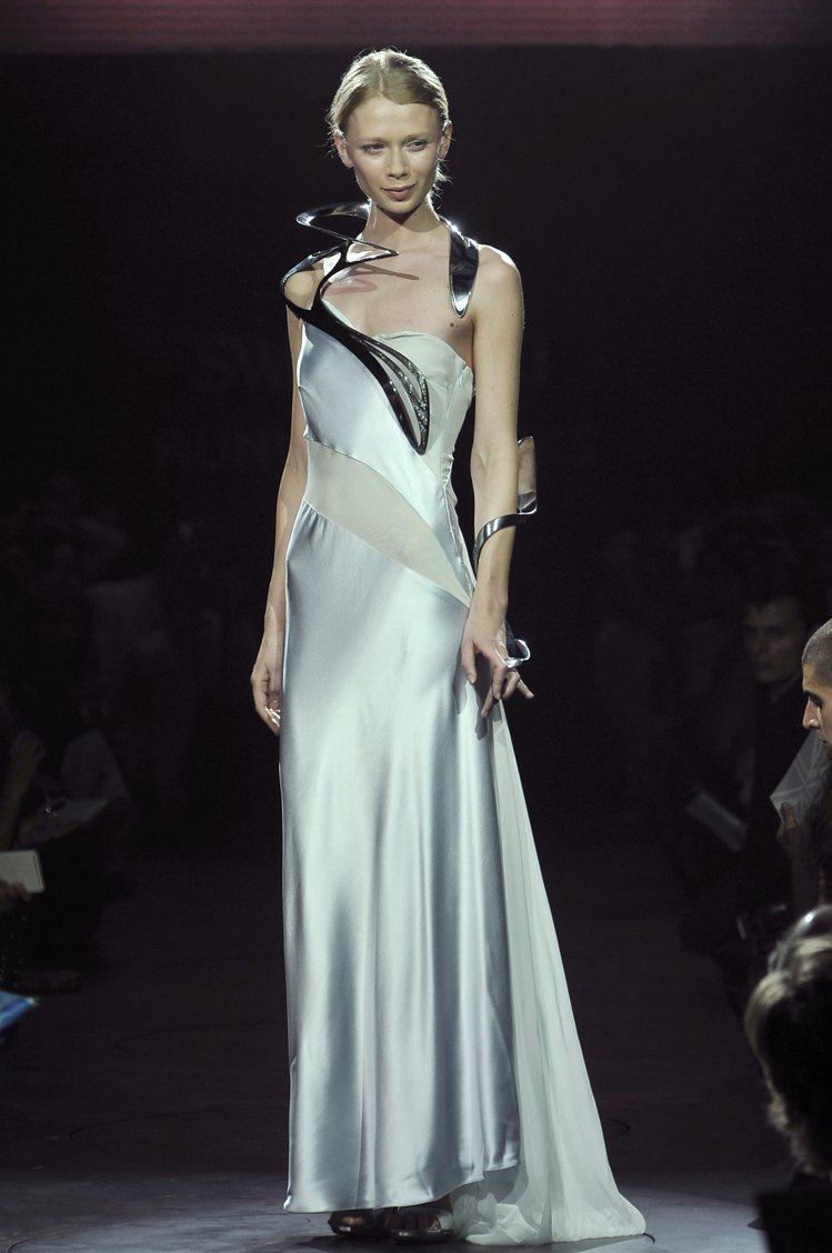 莎哈海蒂為Swarovski設計一款頸飾,將建築的結構美學完美應用在飾品上。圖/...
