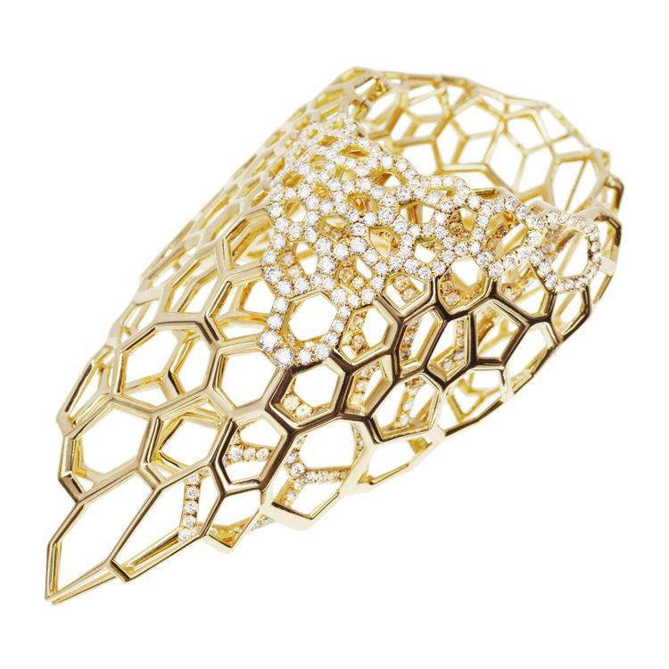 莎哈海蒂為瑞士金飾品牌Caspita設計的戒指,以蜂巢式造型改變傳統戒指的風貌。...