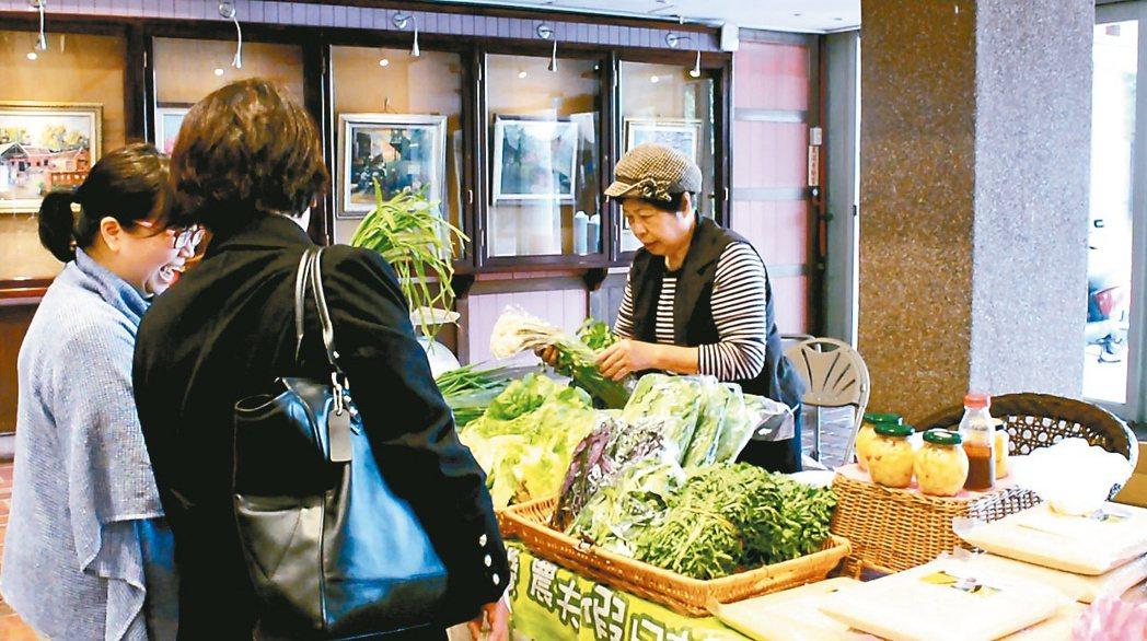 宜蘭縣政府每周在縣府大廳辦理「友善小農星期五市集」,推廣友善環境、促進飲食健康。...