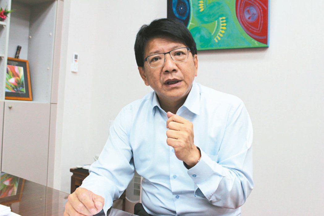 屏東縣長潘孟安認為新政府首要提出新的經濟戰略以調整台灣體質,同時對內更要消弭重北...