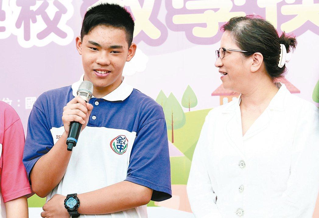 新北市欽賢國中同學陳仲澤(左)感謝老師余寶貝的用心付出。 記者王騰毅/攝影