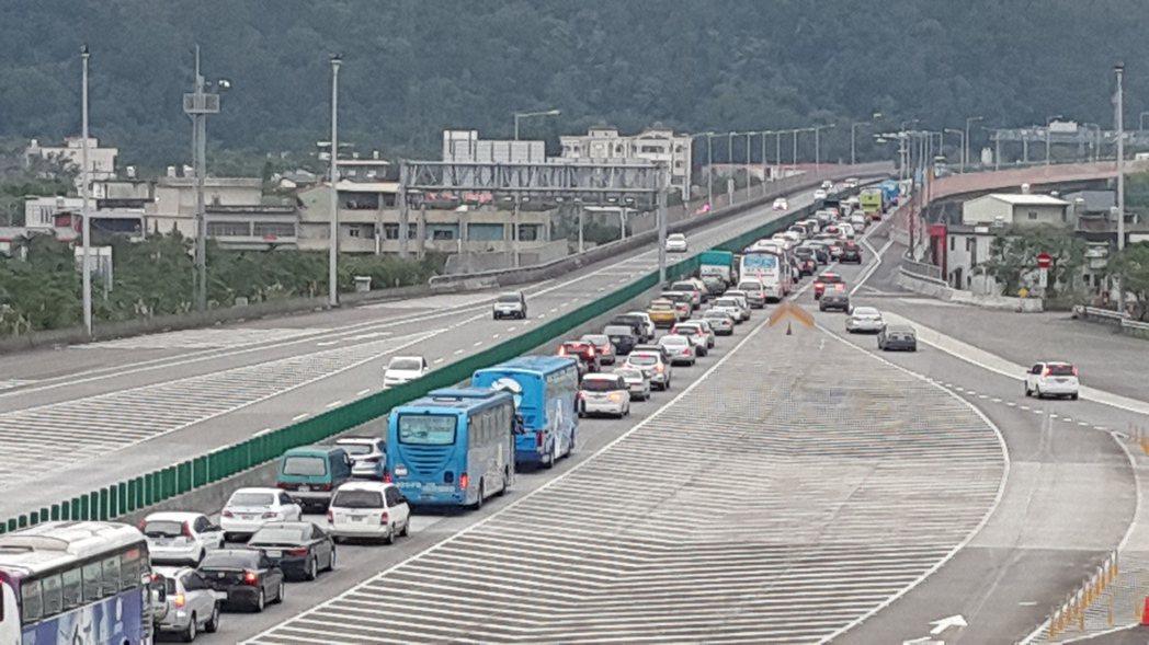 隨著雪山隧道通車,便利交通帶來大量觀光客,雖然帶動經濟發展,但也讓宜蘭交通陷入困...