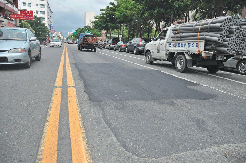 馬路不平整常補丁,是許多網友、機車族最抱怨的事。  圖/本報資料照片