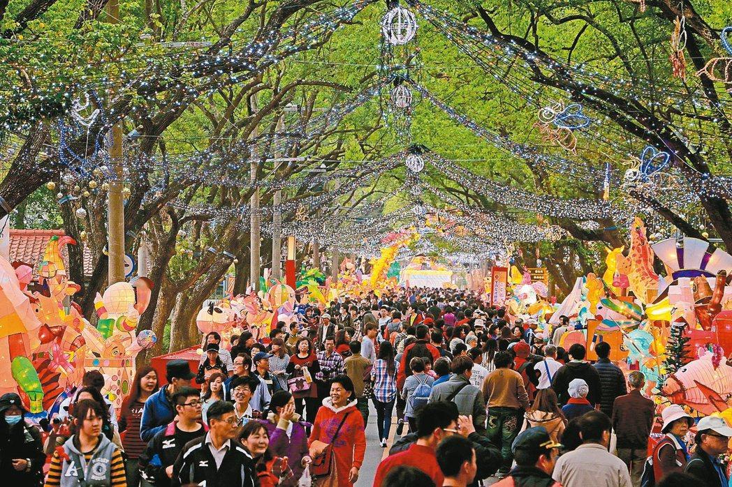 林明溱打造觀光首都,春節辦「南投燈會」,吸引大批觀光客。 記者張家樂/攝影