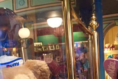 小小瑜正在法國巴黎遊玩,剛好碰上巴黎的迪士尼樂園傳出有維修工作人員因觸電意外身亡,而人在迪士尼樂園遊玩的小小瑜是事後才知道這件事,讓她也嚇了一跳,不過新聞台在播報新聞標題誤將小小瑜「驚聞」意外,打成...