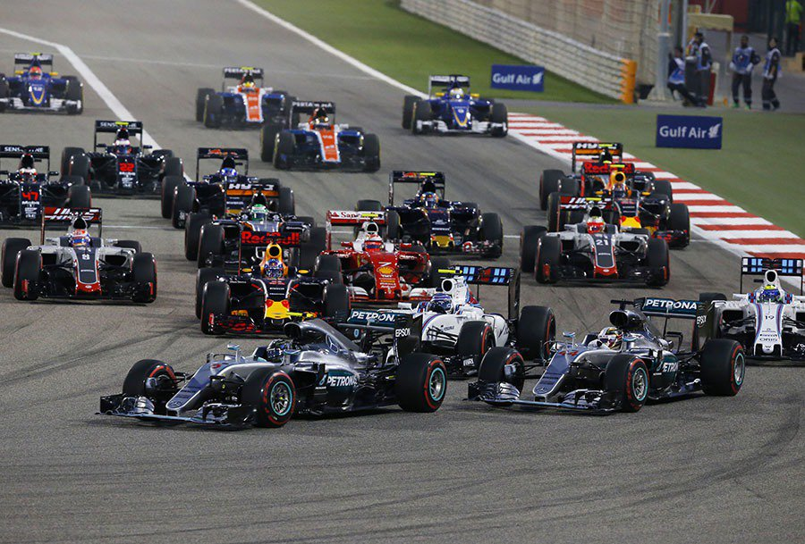 眾家車手在爭奪第一彎時激烈廝殺,Nico Rosberg一開賽即展現連勝的企圖心...
