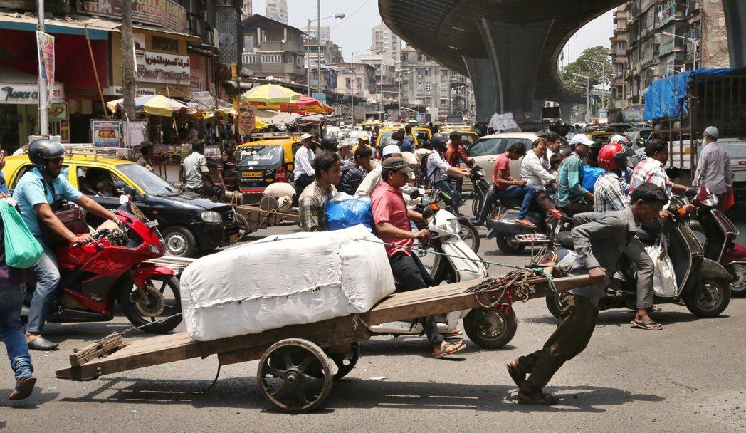 印度金融大城孟買街頭,人力拉車仍是勞動力的表現,這個有12.6億人口的國家,除非...