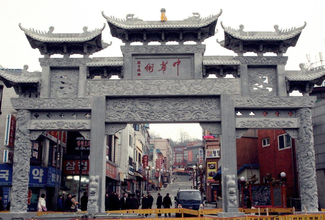 仁川的中國城牌坊看似「古色古香」,卻是2008年才落成的全新水泥建築。 圖/歐新...