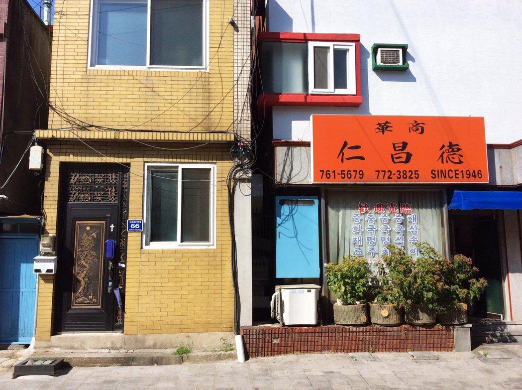 除了餐廳,還有一些日漸邊緣化的貿易商和零售店面,共同維繫著中國城內日漸稀薄的「中...