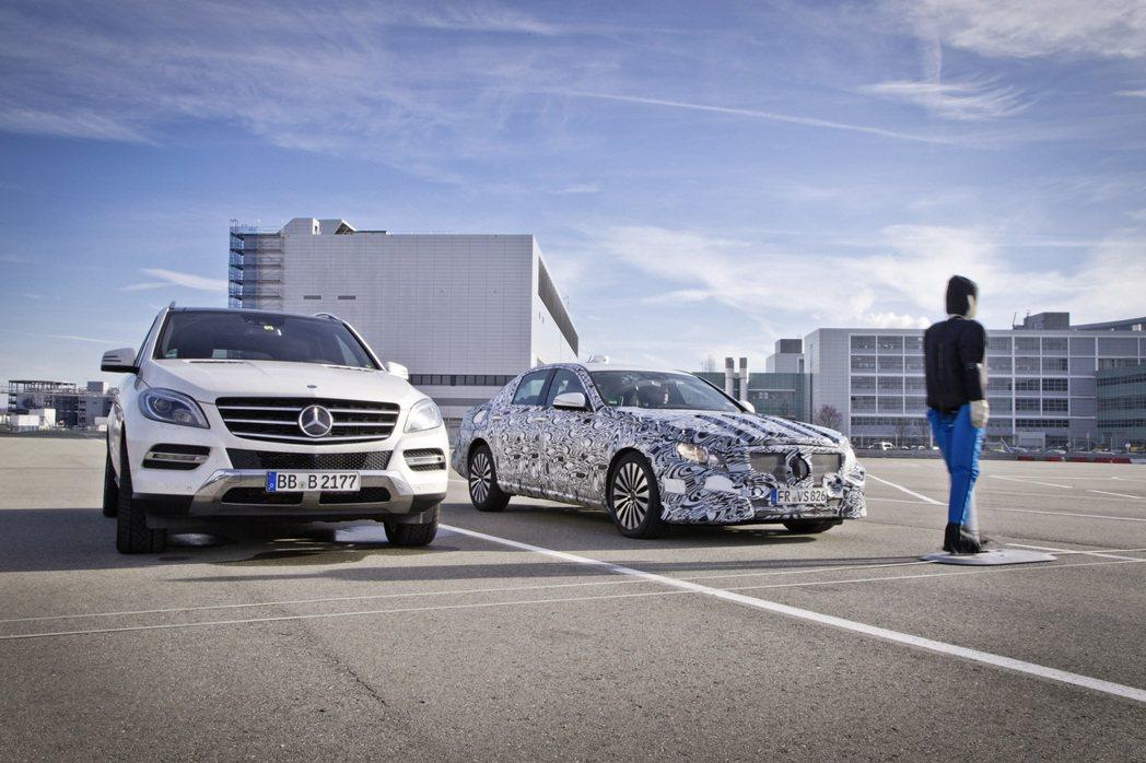 汽車正走向自動駕駛的境界,在此之前,許多車如賓士的E系列,已具備半自動駕駛功能,...