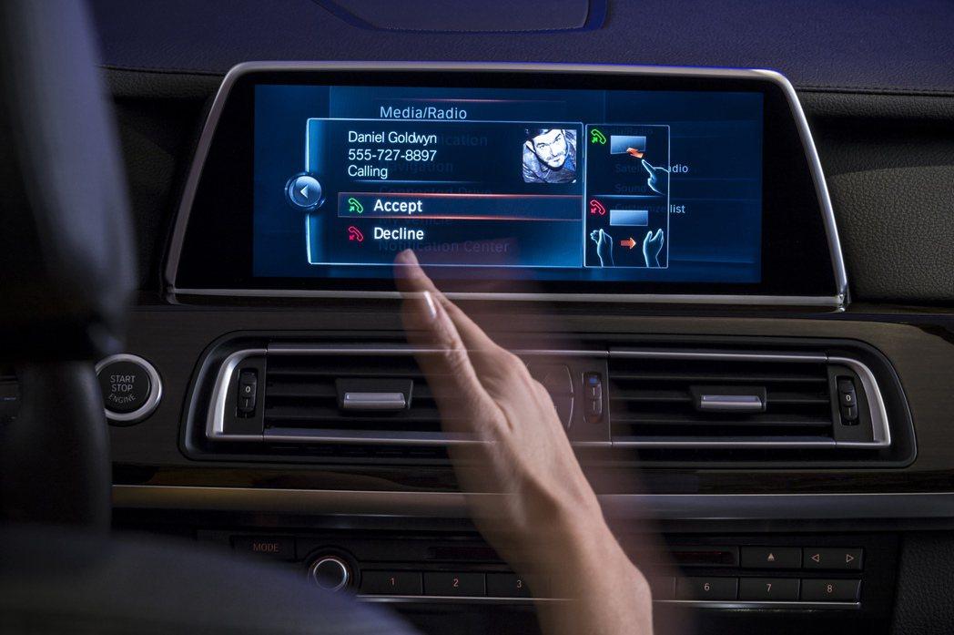 手勢控制讓駕駛藉由手勢就能挂切換音響音量大小和空調等系統。圖/BMW提供