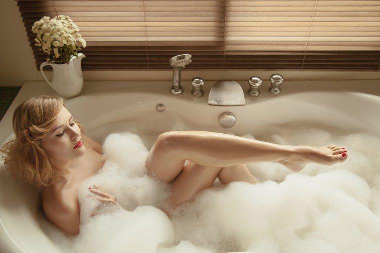 不少民眾洗澡時習慣把沐浴乳往全身抹,皮膚科醫生說這是錯誤觀念。 圖/Ingima...