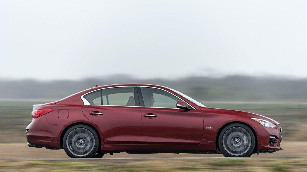 外觀造型來說,Q50 Red Sport 400大抵維持一般版本的設計,但原廠仍...