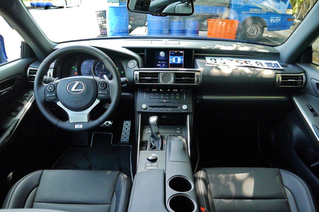 車室內裝充滿科技感,配備也相當齊全。 記者陳威任/攝影