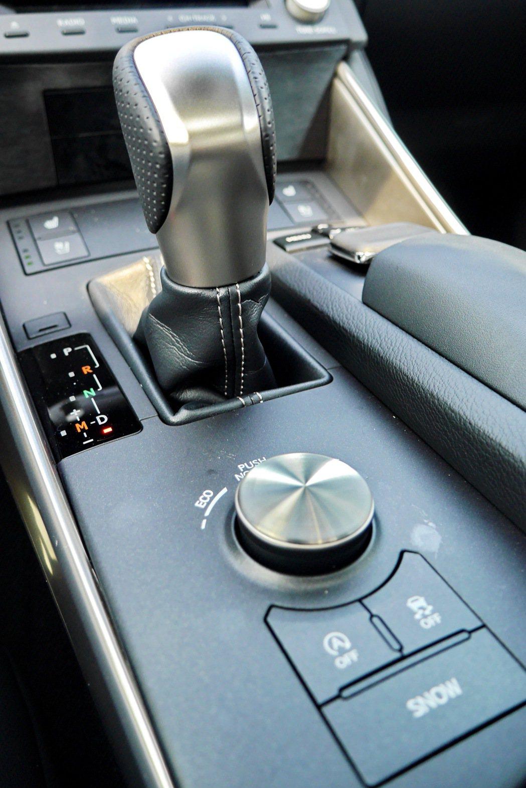 移植自性能車款RC F的Sport Direct Shift 8速自排變速系統。...