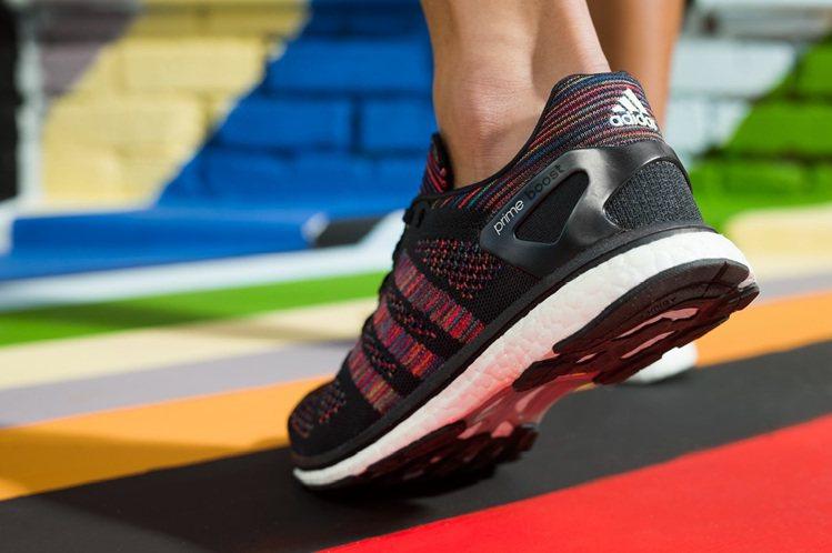 adidas融入Rainbow彩虹編織的Ultra Boost系列新款鞋。圖/a...