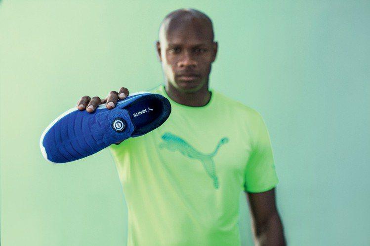 知名跑者Asafa Powell手持新款PUMA IGNTITE Disc跑鞋,...