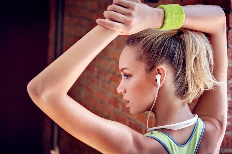 Samsung Level U的頸環式設計兼顧方便性、舒適性與時尚感。圖/三星提...