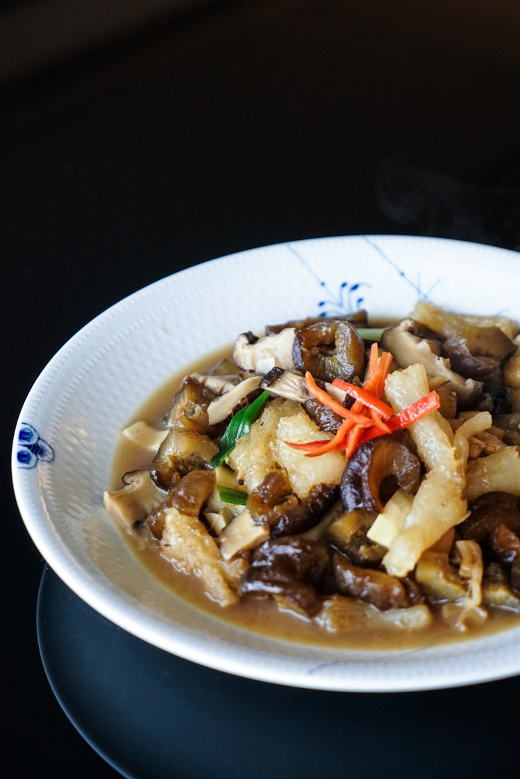 海參燴蹄筋是「宣一宴」裡的重頭戲,由干貝與雞湯提出的鮮味,讓這道菜的層次更為豐富...