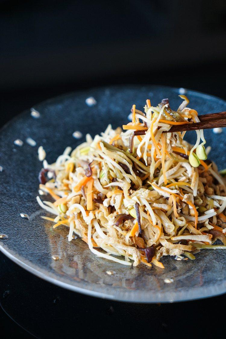 「年年如意」又稱「什錦菜」,需將豆乾、油豆腐、黑木耳等10種食材切成均勻大小,相...
