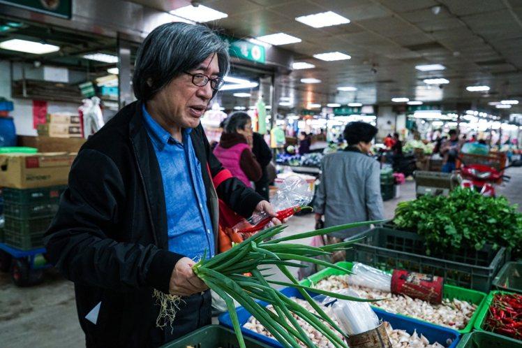 籌備「宣一宴」前,詹宏志先至特定市場採買特定食材,只為呈現出太太王宣一的專屬味道...