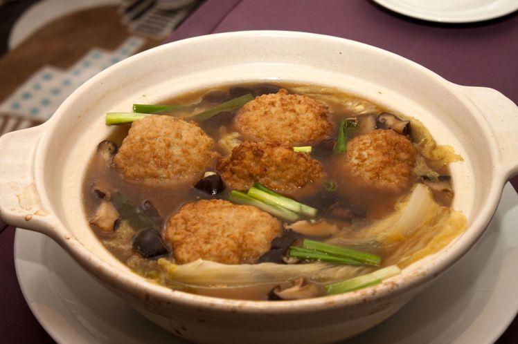 將揉合魚漿與雞里肌的獅子頭,浸至入味,搭配吸湯汁的白菜,口口都是滿足。尤傳莉/攝...