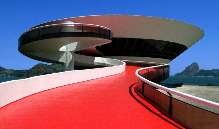 LV將於巴西地標建築─尼泰羅依當代藝術博物館,發表2017早春系列。圖/LV提供