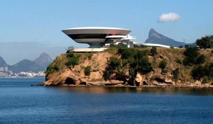 尼泰羅依當代藝術博物館俯瞰瓜納巴拉海灣,遠眺宛如山崖上的飛碟。圖/LV提供