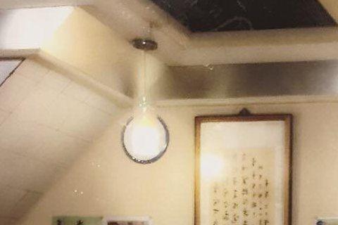 張兆志除了是幫人解答愛情疑難雜症的喬志先生,其實私底下也很熱心助人,像他在餐廳與女友吃飯結果隔壁桌有位老奶奶的手機響了,但老奶奶不會使用手機,一直無法接聽電話,張兆志二話不說就放下筷子,走到老奶奶那...