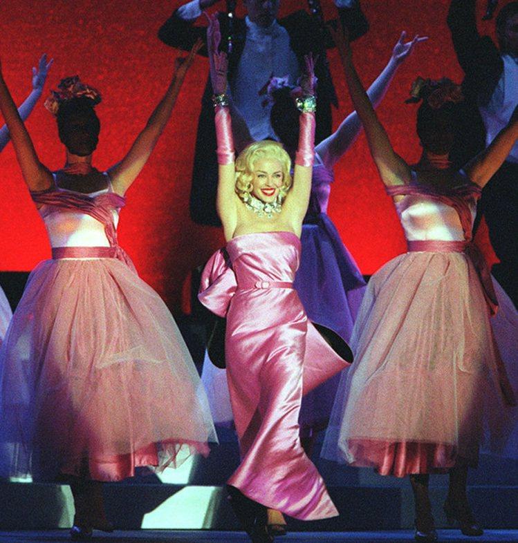 凱莉米洛在1999年演唱會中的演出。圖/擷自thegenealogyofstyl...