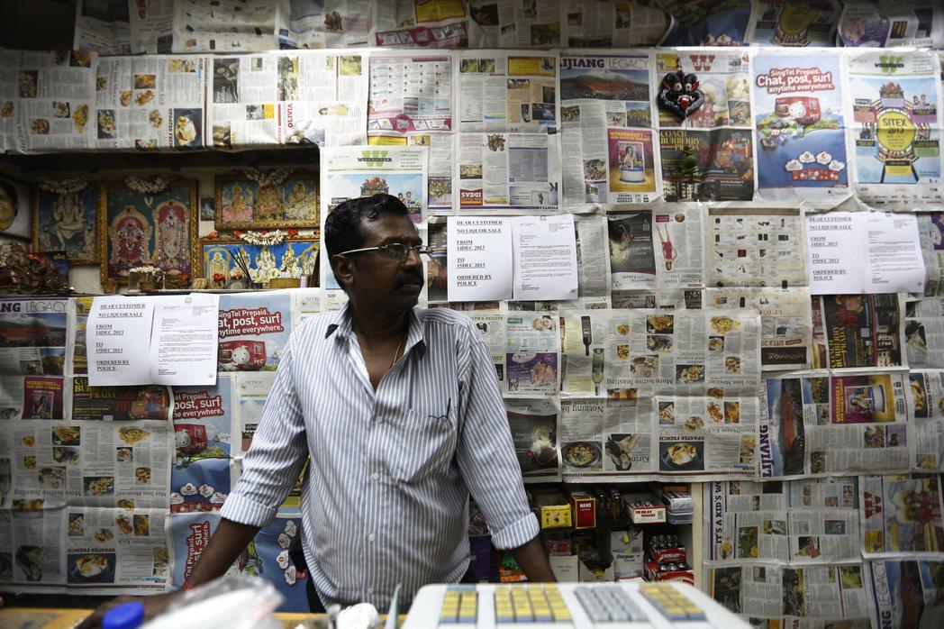 小印度區的雜貨商人,為了配合政府的時段禁酒令而把架上的酒精都給遮了起來。 圖/歐...