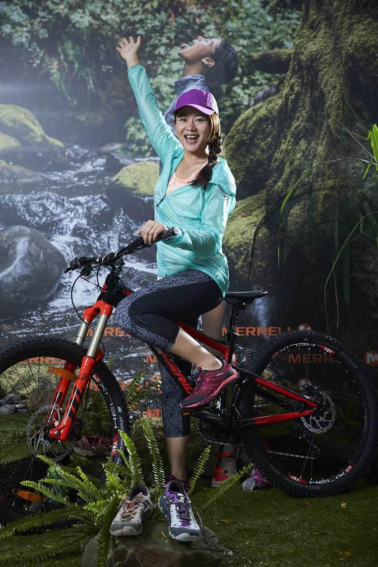 單車甜心魏華萱穿上Merrell鞋騎單車,不怕夏日遇上西北雨。圖/Merrell...