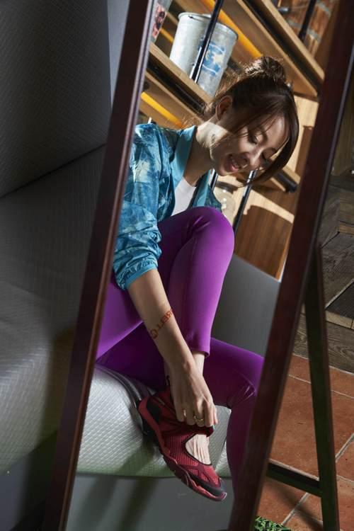 馬甲線女王夏語心穿上Merrell娃娃鞋,夏日更涼爽自在。圖/Merrell提供