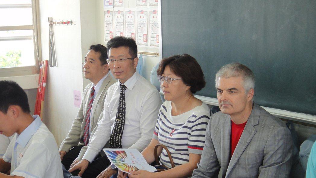 翻轉教室創始人柏格曼(右)今天參訪南榮國中,瞭解老師和學生上課互動情況。記者蔣繼...