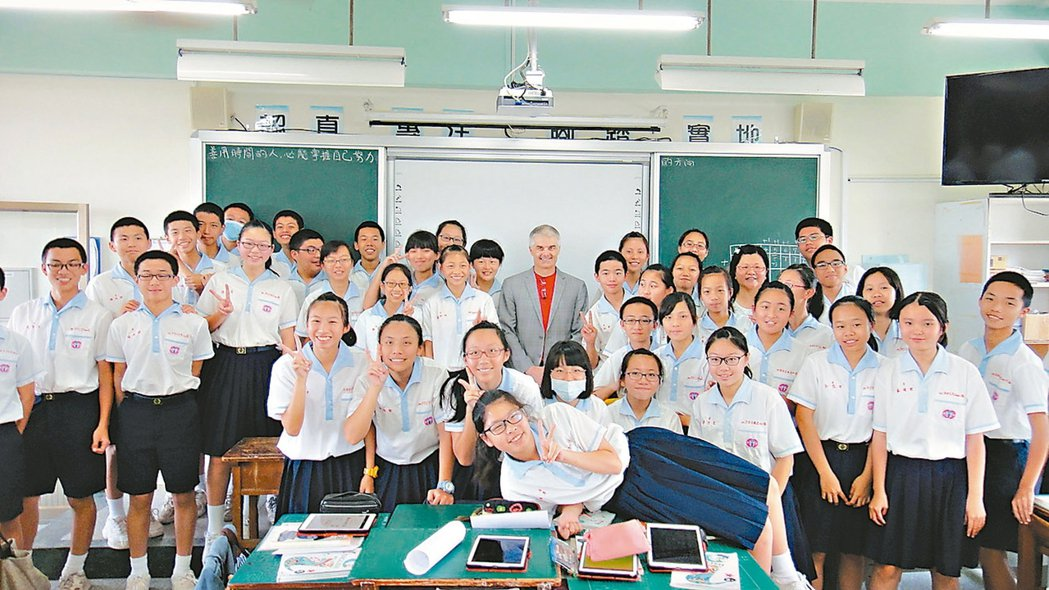 翻轉教室創始人柏格曼(中)昨天參訪南榮國中,體驗完英語課和學生一起合照留念。 記...
