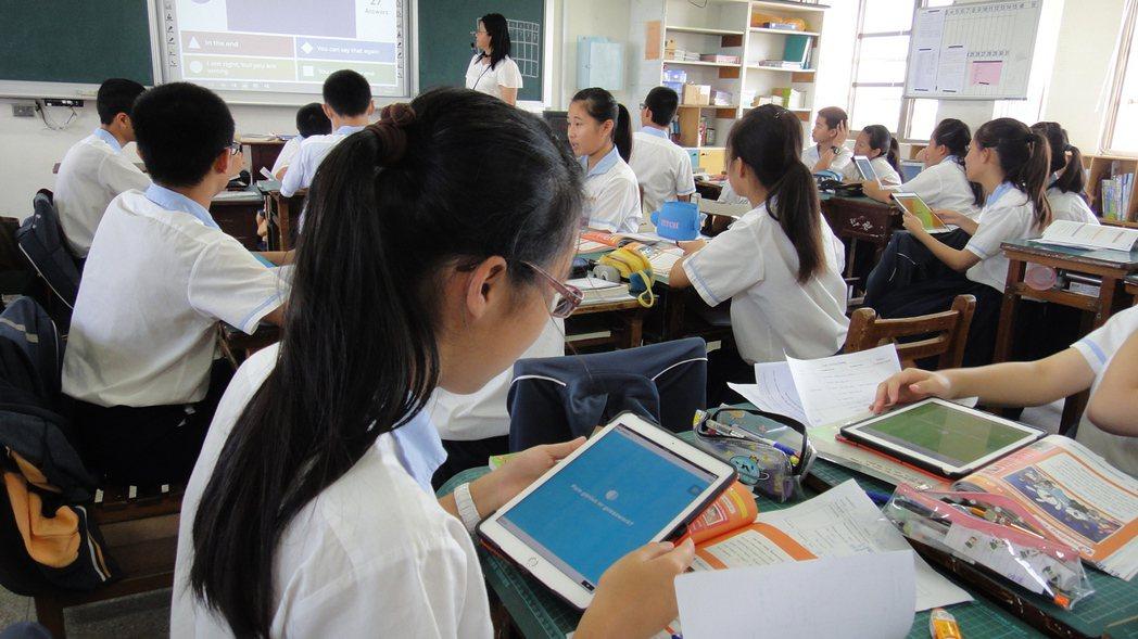 英語教師邱麗英在課堂上利用行動載具讓學生作答。記者蔣繼平/攝影